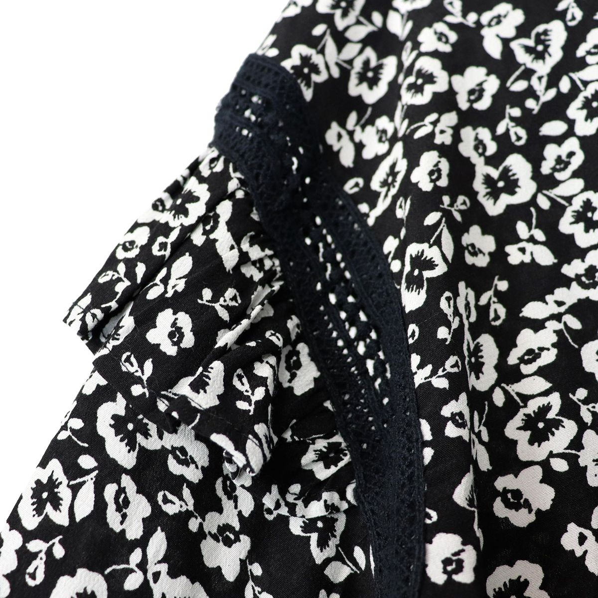 Blouse in viscose crêpe printed with lace and flounces Black Liu Jo